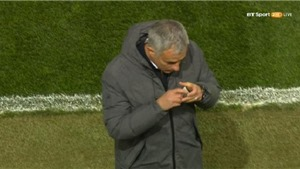 ĐẶC BIỆT: Mourinho hôn bùa may mắn, Man United lập tức có bàn thắng