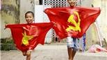 Hình ảnh quen thuộc trong gia đình 4 thế hệ may cờ Tổ quốc tại Hà Nội