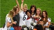 Dàn siêu WAGs của tuyển Đức ào xuống sân ăn mừng chiến thắng