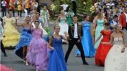 Carnival đường phố Sun World Ba Nà Hills trình diễn tại phố đi bộ Hồ Gươm