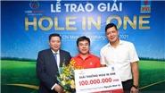 Tay golf Nguyễn Minh Vỹ nhận giải thưởng 100 triệu đồng