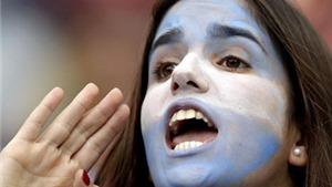 CHÙM ẢNH: Fan nữ Argentina khoe sắc ngày đội nhà chiến thắng